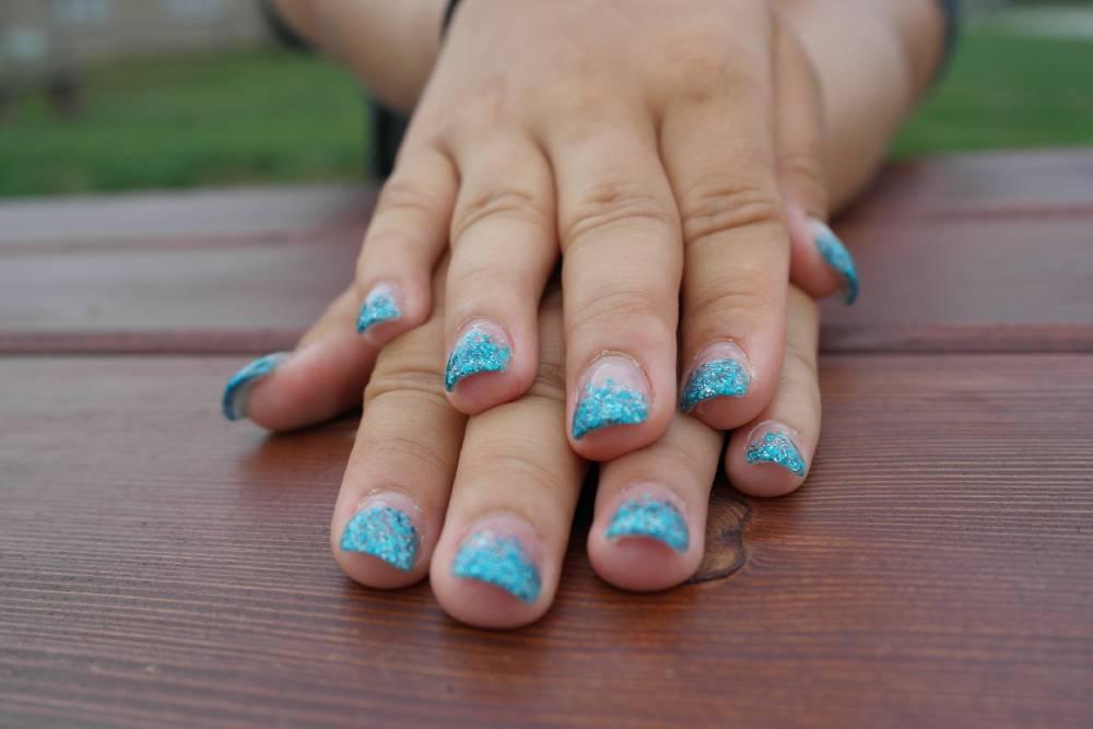 Víte, jak správně sundat gelové nehty?