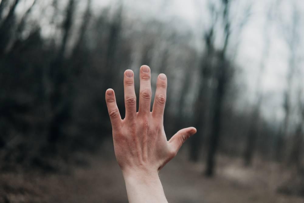 příčiny kousání nehtů
